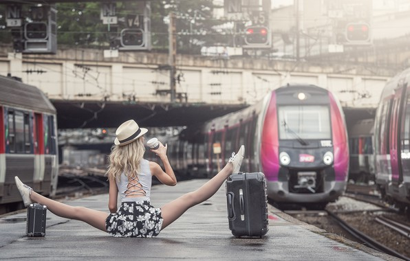 Картинка девушка, перрон, шпагат, чемоданы, Johanna Lorand Guilbert