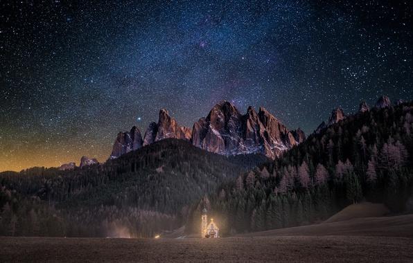 Картинка лес, небо, звезды, свет, горы, ночь, Альпы, церковь