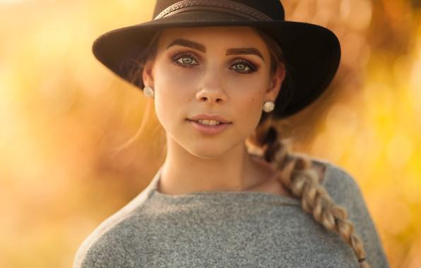 Картинка взгляд, жёлтый, фон, портрет, шляпа, макияж, прическа, блондинка, красотка, косичка, боке