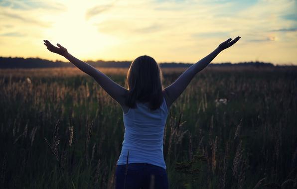 Картинка поле, девушка, солнце, радость, счастье, надежда, жизнь, рассвет, вверх, утро, руки, новое, настроение творчества, прогулка …