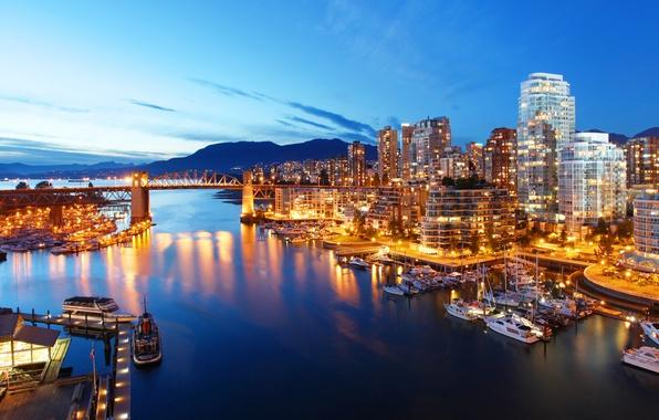 Картинка горы, мост, огни, река, дома, яхты, вечер, Канада, фонари, залив, Ванкувер, катера, причалы