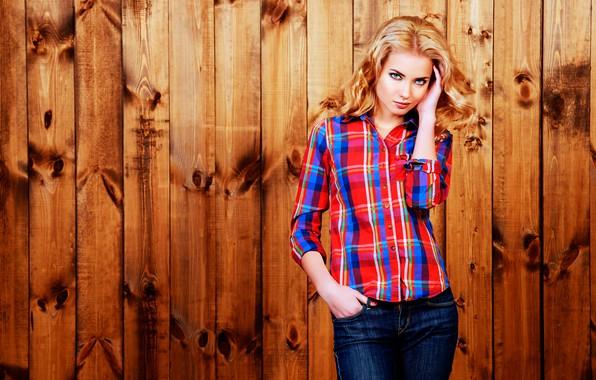 Картинка поза, фон, доски, портрет, джинсы, макияж, фигура, прическа, блондинка, рубашка, красотка