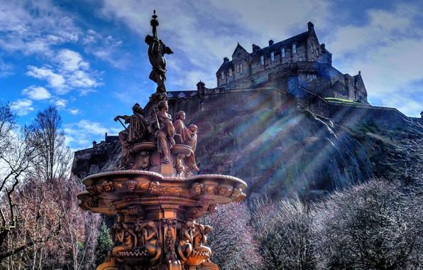 Картинка деревья, замок, Шотландия, холм, фонтан, Scotland, Эдинбург, Edinburgh, Эдинбургский замок, Edinburgh Castle, Ross Fountain, Princes …