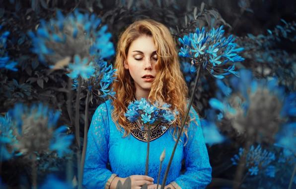 Картинка девушка, цветы, настроение, веснушки, рыжая, рыжеволосая, закрытые глаза, Ronny Garcia