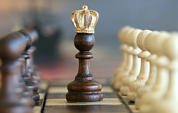 Картинка white, black, crown, situation, king, Chess, imagination, miscellanea, closeup, checkered, board games, pawns, checkerboard
