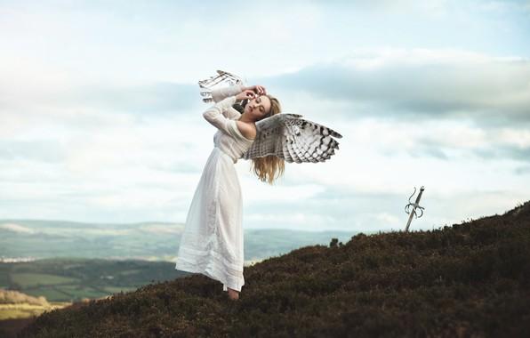 Картинка небо, девушка, облака, горы, поза, фантазия, настроение, высота, крылья, ситуация, ангел, меч, платье, холм, фэнтези, …