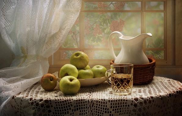 Картинка стол, яблоки, окно, сок, тарелка, кружка, кувшин, натюрморт, мокрые, занавеска, скатерть