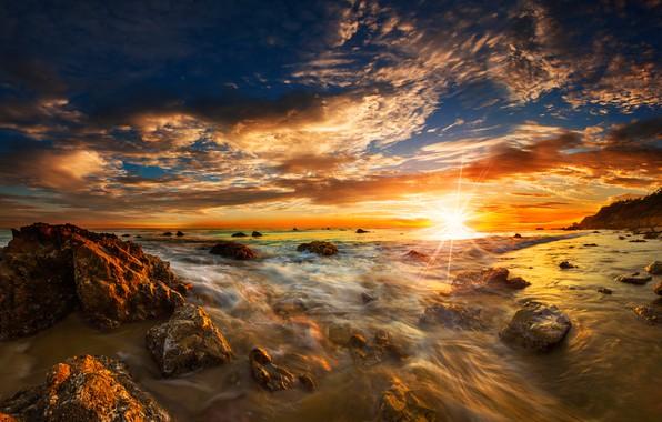 Картинка море, небо, солнце, облака, лучи, камни, рассвет, побережье, горизонт, прибой, США, Malibu, Matador State Beach