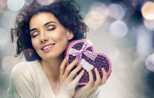 Картинка улыбка, блики, фон, настроение, коробка, подарок, сердце, макияж, брюнетка, прическа, красотка, День святого Валентина, ленточка