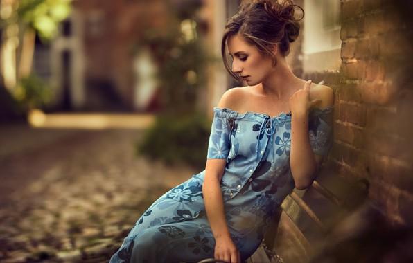 Картинка девушка, улица, здания, платье, декольте, шатенка, Maarten Quaadvliet