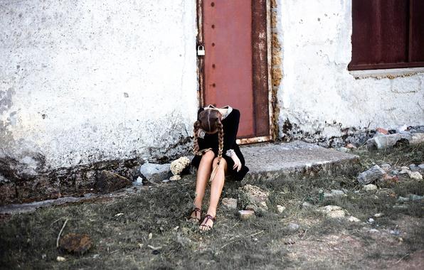 Картинка девушка, замок, стена, дверь, косички, форма, ножки