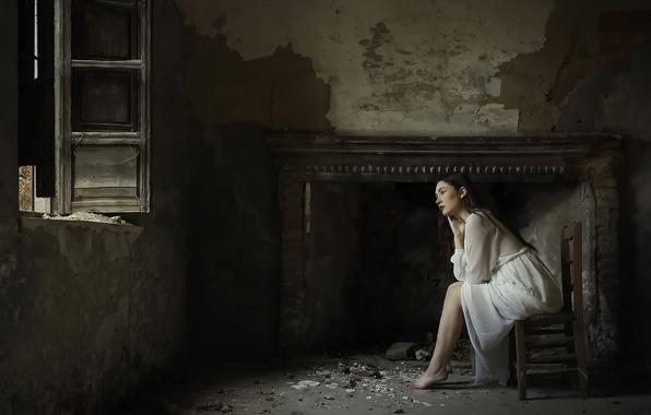 Картинка девушка, окно, камин