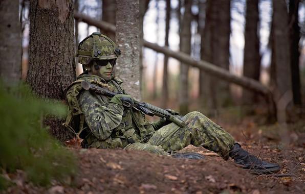 Картинка лес, лицо, оружие, очки, солдат, каска, привал, передышка