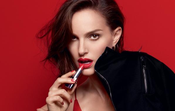 Картинка взгляд, красный, лицо, фон, модель, портрет, макияж, реклама, актриса, помада, брюнетка, куртка, прическа, губы, Natalie ...