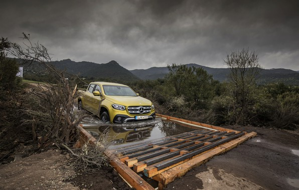 Картинка жёлтый, движение, пасмурно, Mercedes-Benz, лужа, пикап, 2017, X-Class