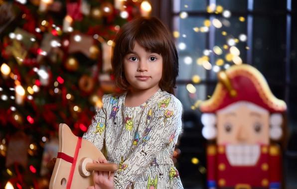 Картинка огни, праздник, игрушки, новый год, рождество, платье, окно, девочка, ёлка, ребёнок, боке, лошадка, щелкунчик