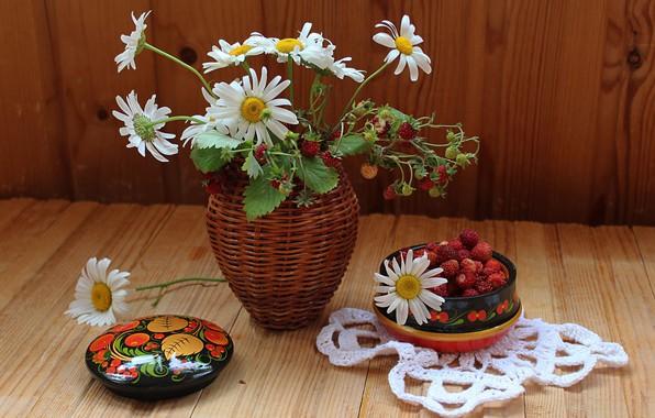 Картинка ромашки, букет, земляника, ваза, натюрморт