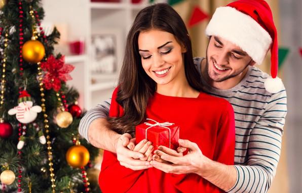 Картинка девушка, улыбка, праздник, подарок, шапка, игрушки, новый год, рождество, макияж, платье, прическа, пара, ёлка, шатенка, …