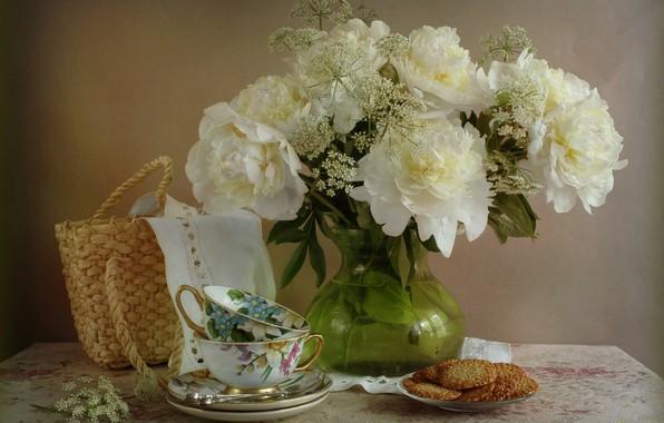 Картинка цветы, покрывало, печенье, чаепитие, чашки, ваза, натюрморт, корзинка, столик, салфетка, блюдца