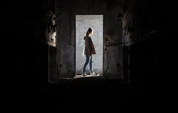 Картинка девушка, дом, двери