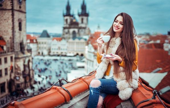 Картинка крыша, девушка, город, улыбка, настроение, высота, дома, макияж, куртка, прическа, чашка, мех, шатенка, красотка, блюдце, …