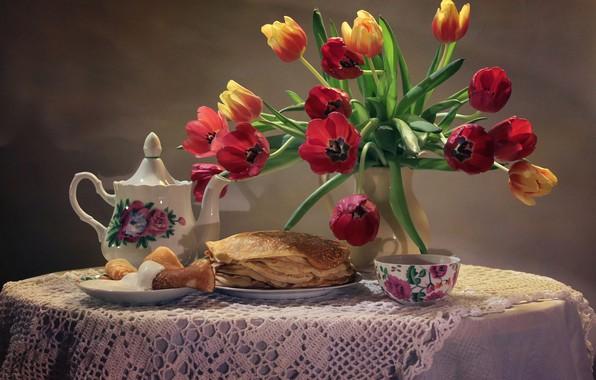 Картинка цветы, стол, фон, чай, букет, чайник, тарелка, чашка, тюльпаны, ваза, натюрморт, блины, блюдце, скатерть, сметана