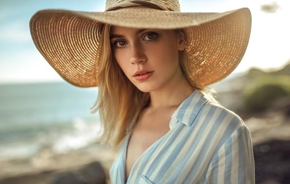 Картинка море, взгляд, солнце, фон, портрет, шляпа, макияж, прическа, блондинка, рубашка, красотка, боке, Ксения Кокорева, Kseniya, …