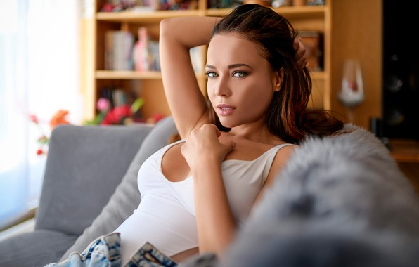 Картинка секси, поза, комната, диван, модель, портрет, джинсы, макияж, майка, прическа, шатенка, красотка, боке, Angelina Petrova, …