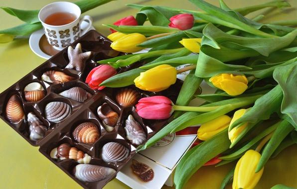 Картинка чай, конфеты, тюльпаны