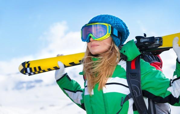 Картинка зима, небо, девушка, снег, горы, поза, фон, шапка, лыжи, очки, куртка, блондинка, перчатки, спортсменка, рюкзак, …