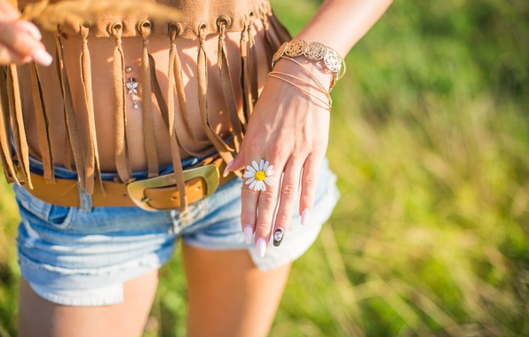Картинка цветок, девушка, шорты, рука, ромашка, пирсинг, браслет, ремень, белые лепестки, маникюр