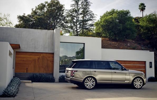 Картинка небо, деревья, серый, здание, растения, холм, стоянка, Land Rover, Range Rover SV Autobiography