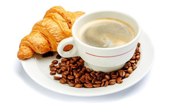 Картинка кофе, чашка, белый фон, напиток, блюдце, зёрна, круассан