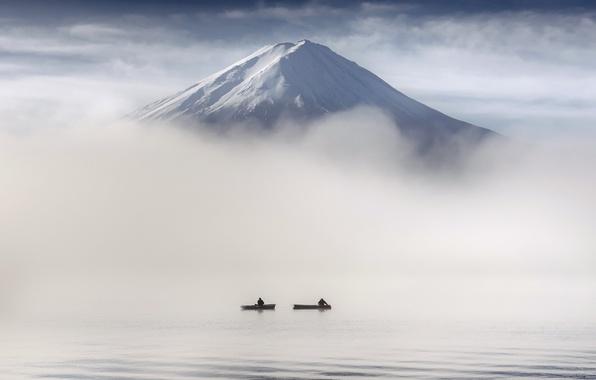 Картинка туман, люди, гора, лодки