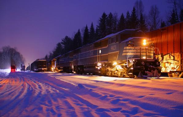 Картинка зима, лес, снег, деревья, ночь, огни, поезд, железная дорога, локомотив, состав