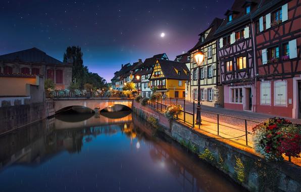 Картинка ночь, город, река, луна, Франция, дома, звёзды, освещение, канал, мостик, набережная, France, Colmar, Кольмар
