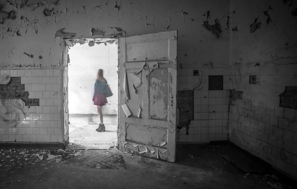 Картинка девушка, комната, дверь, призрак