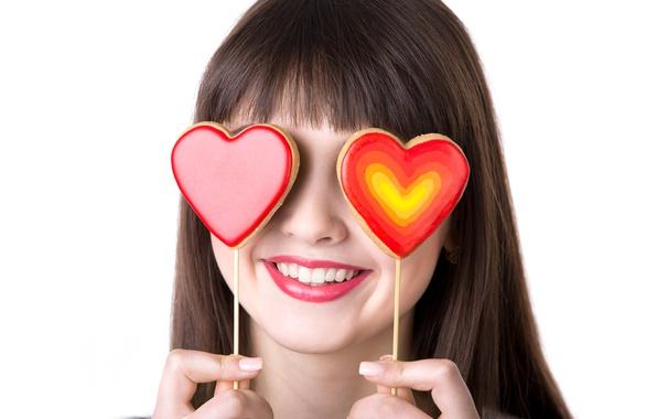 Картинка девушка, улыбка, палочки, помада, брюнетка, прическа, губы, сердечки, белый фон, пальцы, День святого Валентина