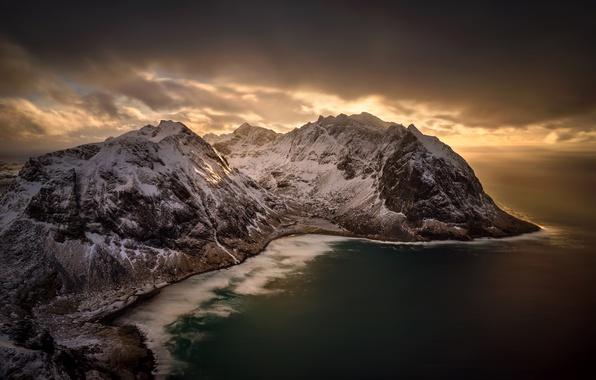 Фото обои Kvalvika Beach, Норвегия, море, Norway, побережье, панорама, зима, горы, снег, вид сверху, тучи, Lofoten, Лофотенские ...