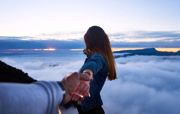 Картинка небо, девушка, волосы, руки, куртка