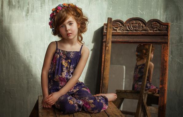 Картинка цветы, зеркало, девочка, шатенка, венок, ребёнок, локоны, сарафан, табурет