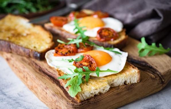 Картинка еда, завтрак, хлеб, яичница, помидоры, бутерброды, разделочная доска