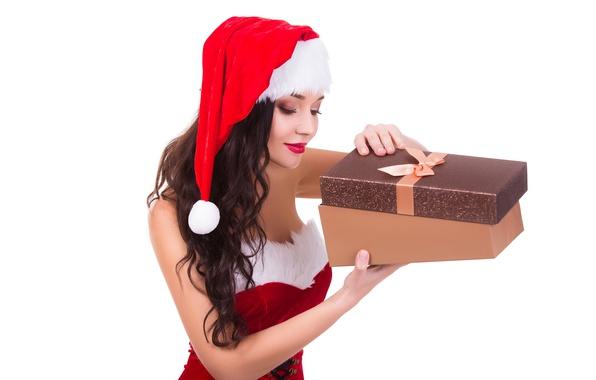 Картинка девушка, праздник, коробка, подарок, шапка, новый год, рождество, макияж, платье, брюнетка, прическа, белый фон, снегурочка, …