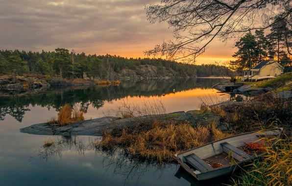 Картинка осень, лес, деревья, закат, река, камни, берег, лодка, вечер, домик, Швеция