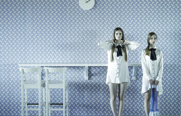 Картинка комната, молоко, бутылки, две девушки, авоська
