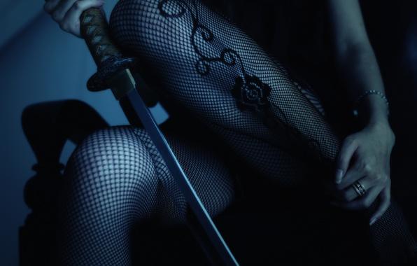 Картинка девушка, меч, катана, чулки, ножки