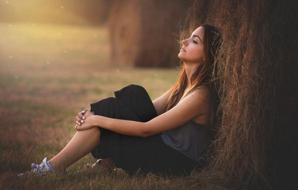 Картинка девушка, настроение, стог, брюнетка, сено, солома, сидит, стог сена
