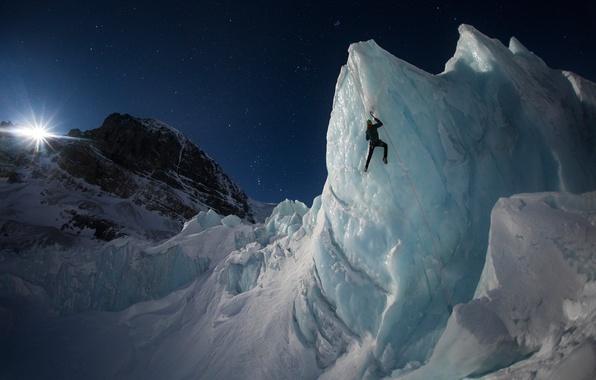 Картинка небо, свет, горы, ночь, скалы, луна, человек, лёд, ледник, альпинист, альпинизм
