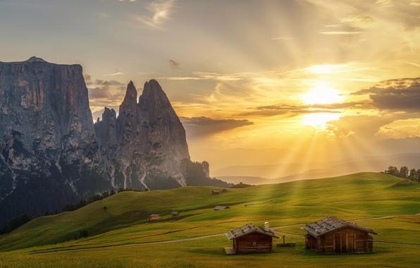Картинка зелень, небо, трава, солнце, облака, лучи, деревья, горы, скалы, поля, Альпы, Италия, домики, луга, возвышенность, …