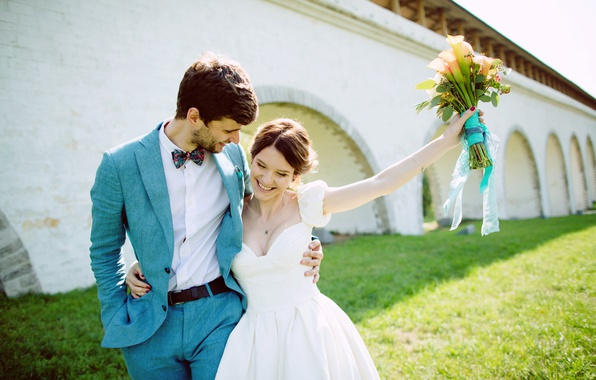 Картинка лето, девушка, любовь, радость, улыбка, букет, платье, объятия, summer, парень, невеста, dress, красивые, свадьба, beautiful, ...
